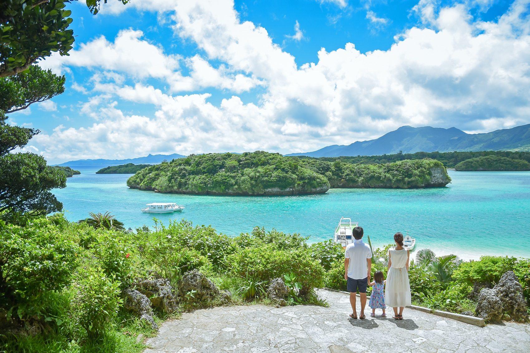 川平湾を眺めるご家族