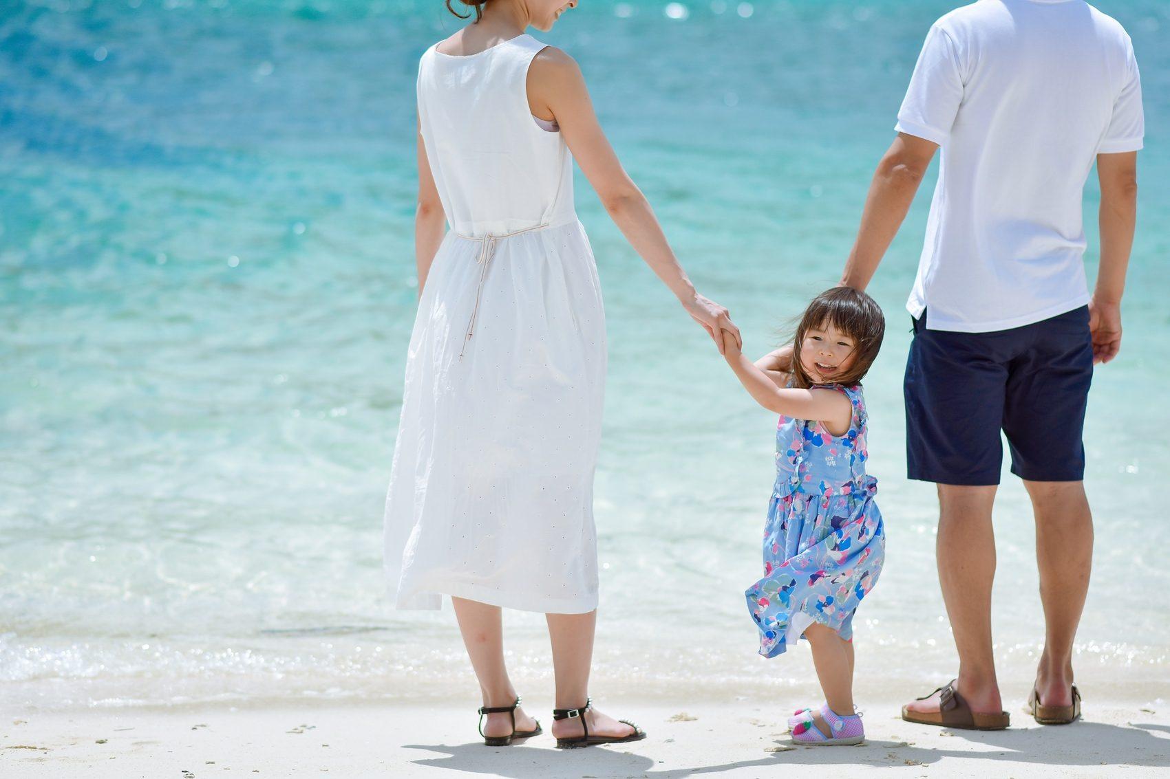 ビーチで家族写真