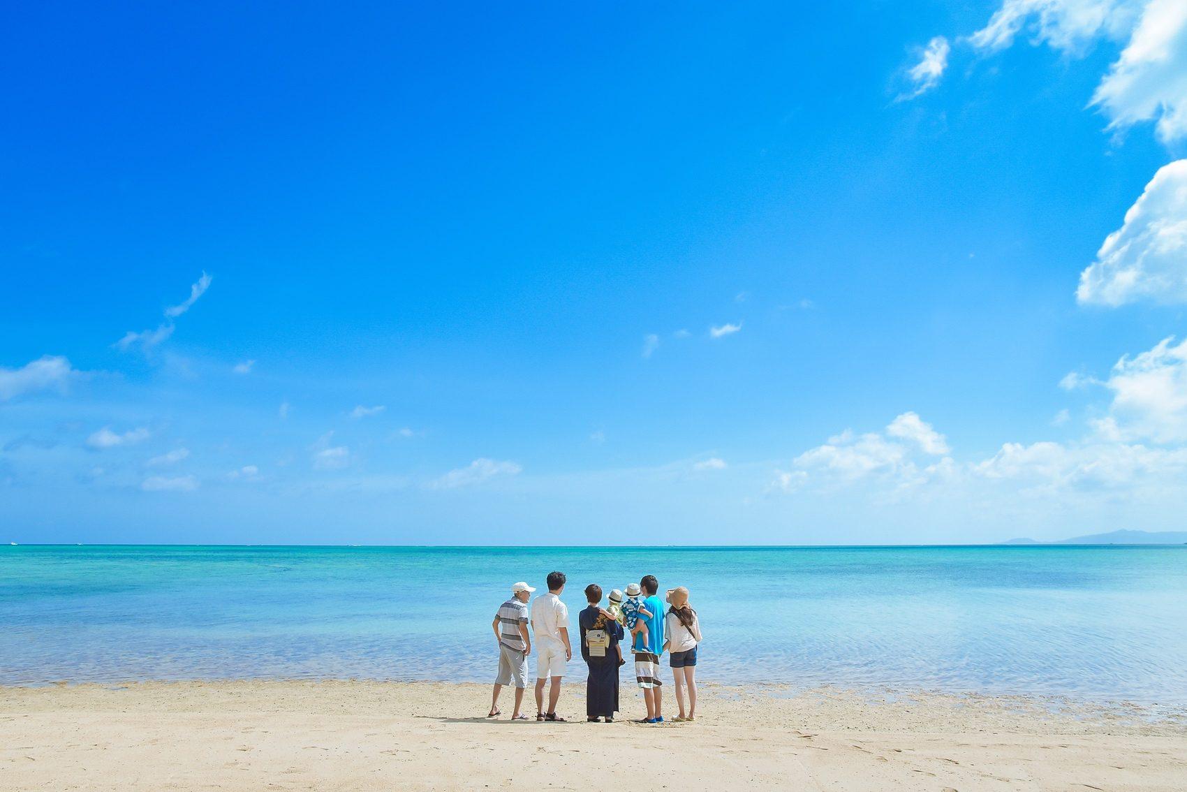 海を眺める家族の後ろ姿