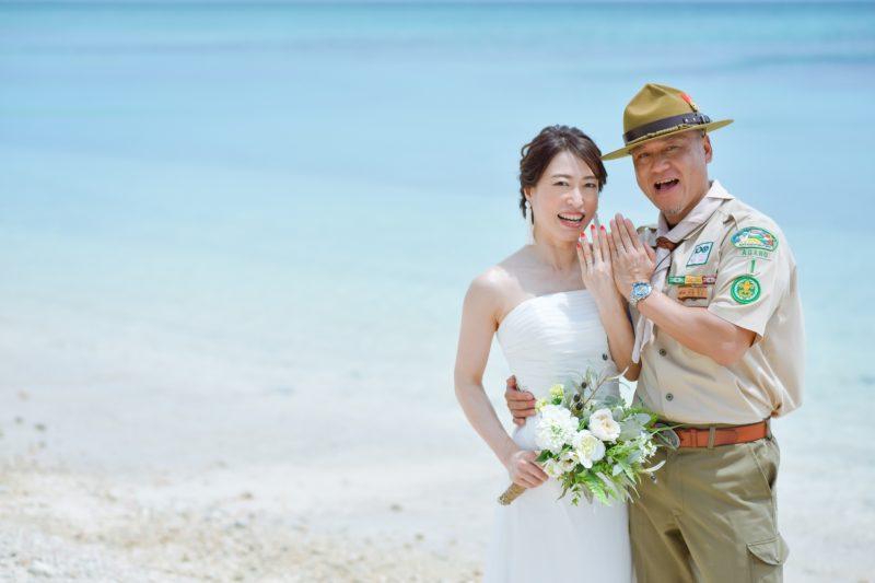 指輪を見せて「結婚しました」ショット
