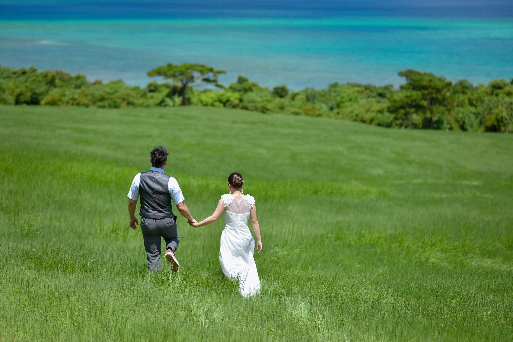 草原を二人で歩く