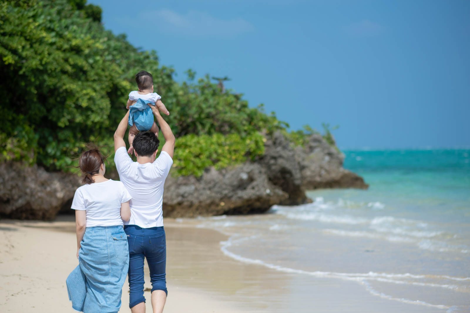 小浜島のビーチを歩いて