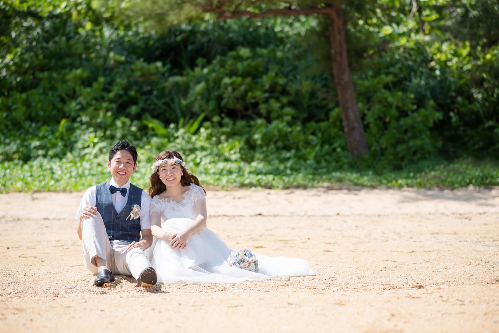 砂浜に座って素敵な笑顔