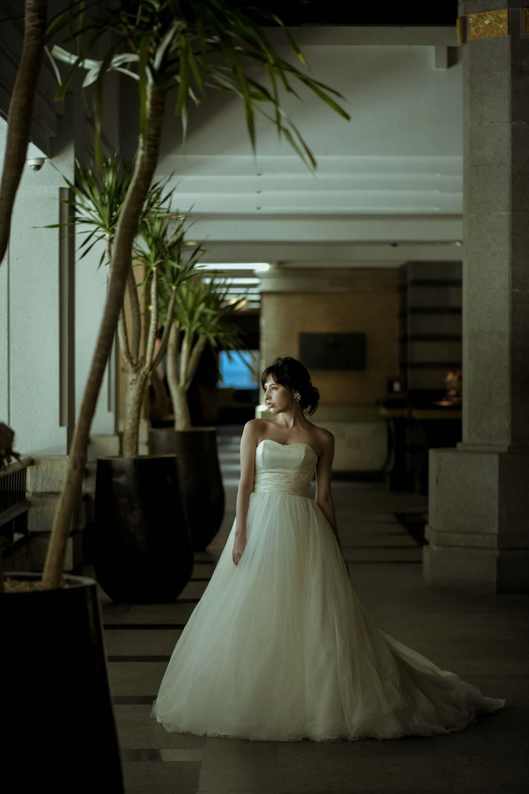 ロビーで外を眺める花嫁の立ち姿