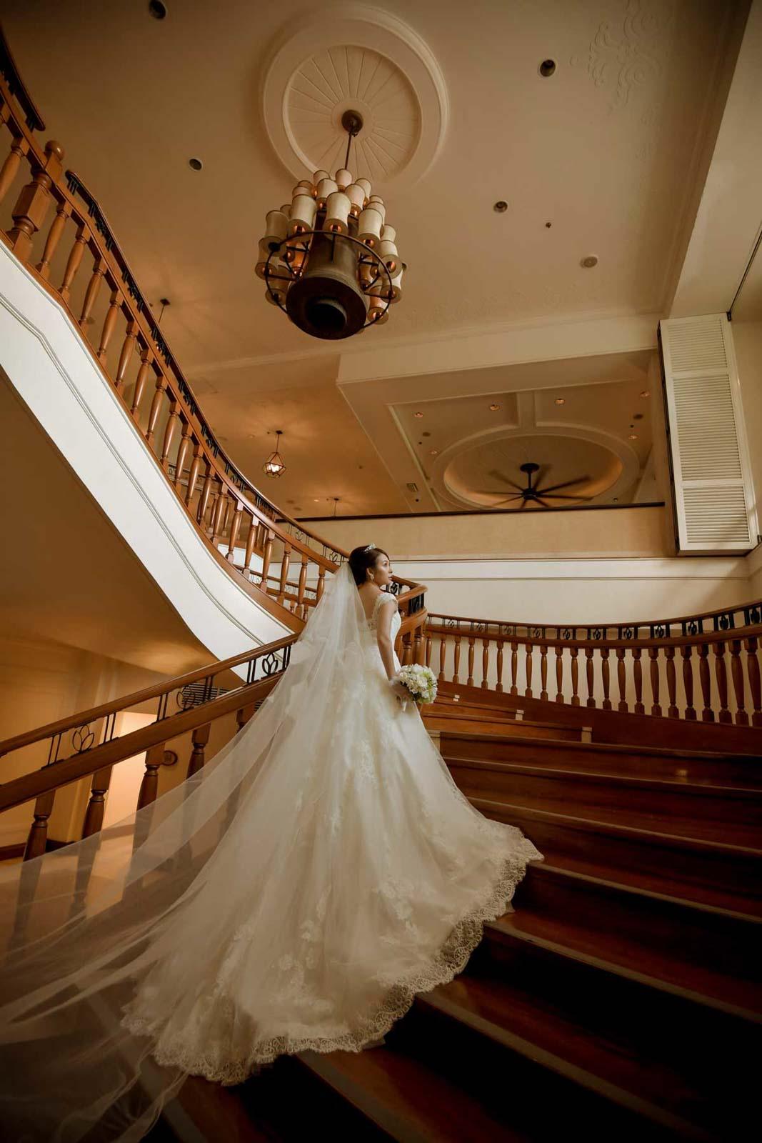 階段で花嫁の後ろ姿