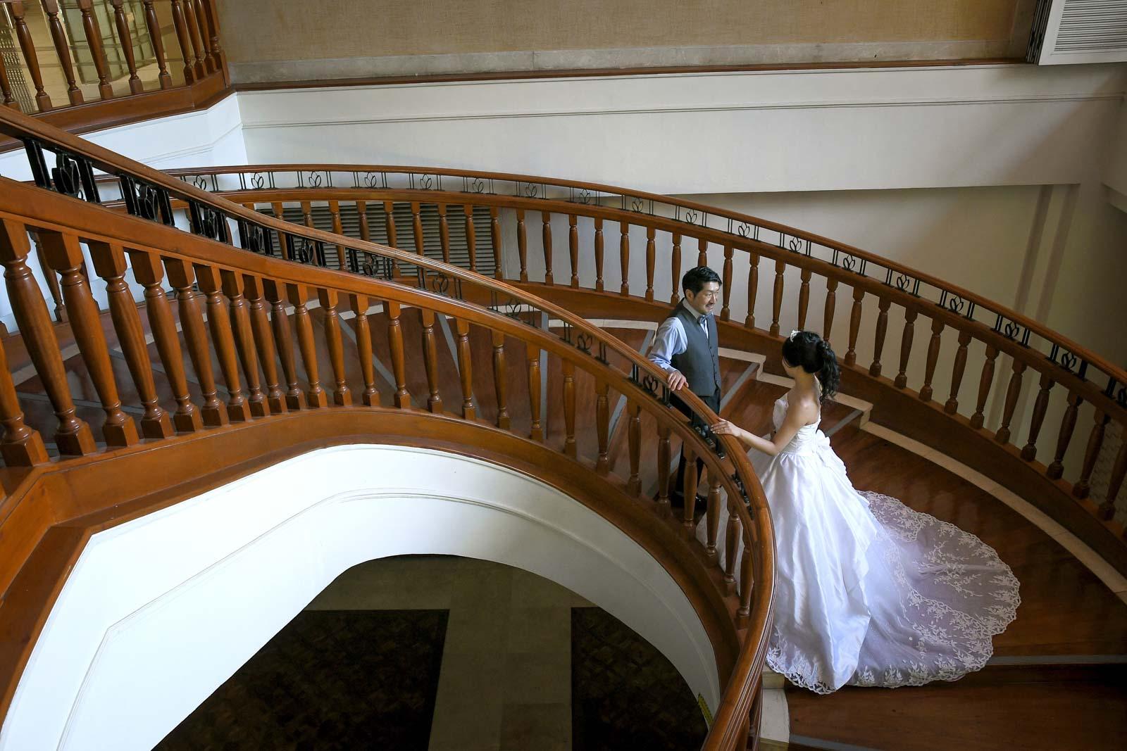 ホテルの螺旋階段で撮影