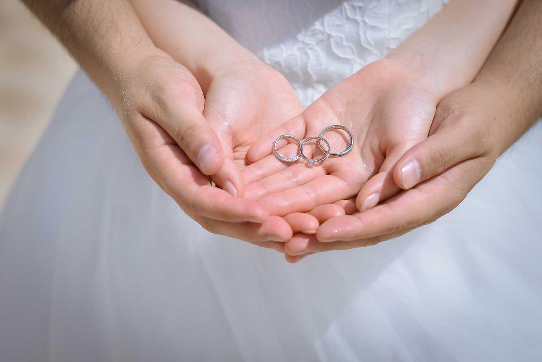 二人の手で指輪を包み込む